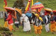 माँ नंदा के भाई लाटू देवता के मंदिर में पुजारी आंखों में पट्टी बांधकर करता है पूजा
