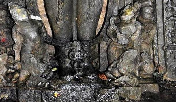 बाघनाथ मंदिर में सूरज की मूर्ति और सूरज के ऊंचे बूट