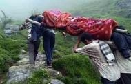 बांस के डंडों और ग्रामीणों के कन्धों पर चल रही है उत्तराखंड की स्वास्थ्य व्यवस्था