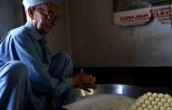 पिथौरागढ़ के वड्डा बाज़ार में सौन स्वीट्स के बहाने एक मेहनतकश पहाड़ी की कहानी