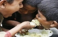 इस दुनिया में असंख्य लोग भूखे जी रहे हैं