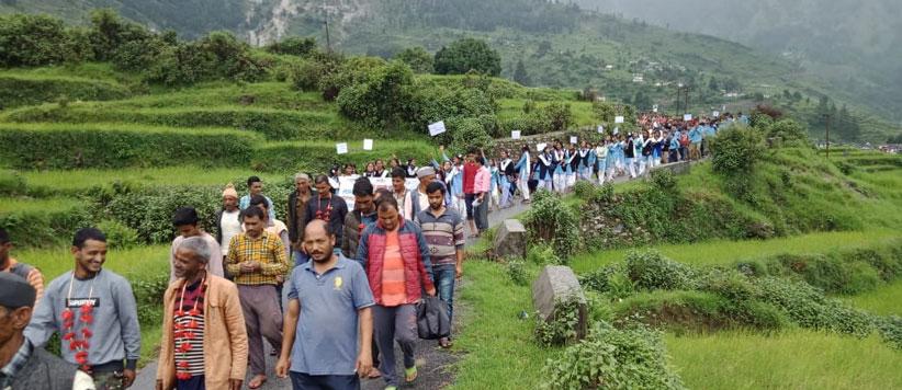 शिक्षकों की मांग को लेकर  पिथौरागढ़ के सैणराथी में 86 वर्ष के वृद्ध के साथ 9 लोग आमरण अनशन पर