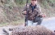 शिकारी जॉय हुकिल द्वारा गढ़वाल में  मारे गए दहशतगर्द बाघ की फोटो पर सोशल मीडिया में बखेड़ा