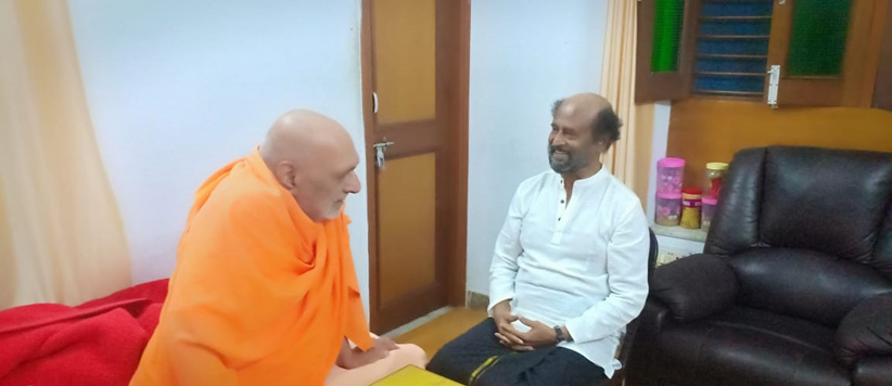 तमिल के सुपरस्टार रजनीकांत पहुंचे ऋषिकेश, गुरु की समाधि पर लगाया ध्यान