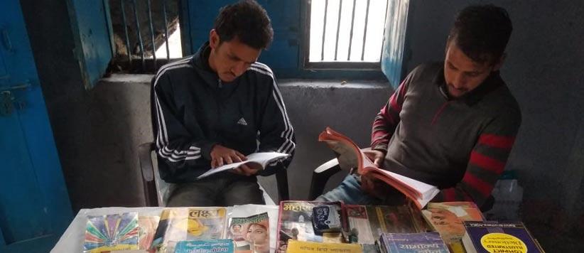 बाल दिवस के अवसर पर युवाओं ने सोमेश्वर के गाँव के बच्चों को दिया पुस्तकालय का तोहफ़ा