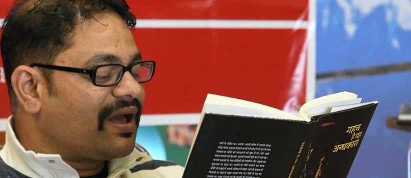 अल्मोड़ा किताब घर में 'गहन है यह अंधकारा' किताब पर चर्चा