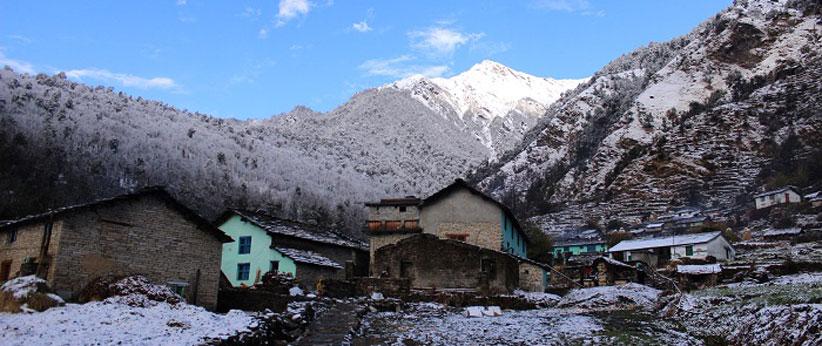 गाँव की बर्फबारी में नंदादेवी बनाना