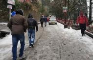 नैनीताल में अभी-अभी हुई बर्फ़बारी की तस्वीरें