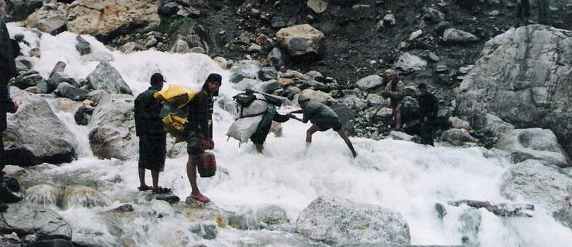 अस्सी साल के बुजुर्ग का परिवार संग गोरी नदी का खतरनाक नाला पार करना