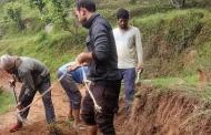 जिस सड़क को सरकार सालों में नहीं बना पाई उसे गाँव लौटे युवा बना रहे हैं