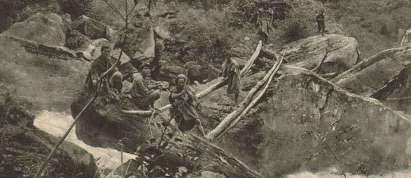 रामगंगा किनारे हुक्का पीते पहाड़ी की 128 साल पुरानी तस्वीर