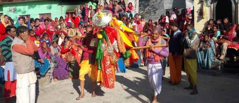 'दिवारा यात्रा' जिसमें देवता की डोली गाँव के घर-घर में घूमती है